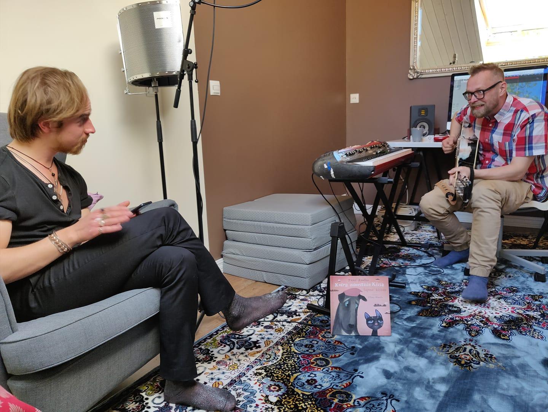 Antton Kainulainen ja Valtteri Lipasti Koira nimeltään Kissa tapaa kissan -esityksen ensimmäisessä musapalaverissa keväällä 2021 Kuva: Jukka Kittilä